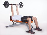 Tríceps com halter no banco declinado