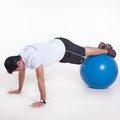 Abdominal flexão de quadril na bola com pernas estendidas